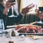 ¿Puedo llevar vino a los restaurantes?